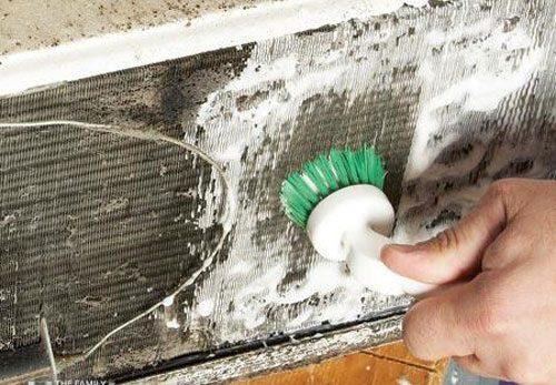استفاده از برس نرم در تمیز کردن فیلتر کولر گازی