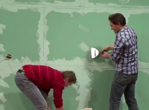 از بین بردن لکه های دیوار با استفاده از آستر زدن