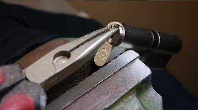 بیرون کشیدن کلید شکسته در قفل با انبردست