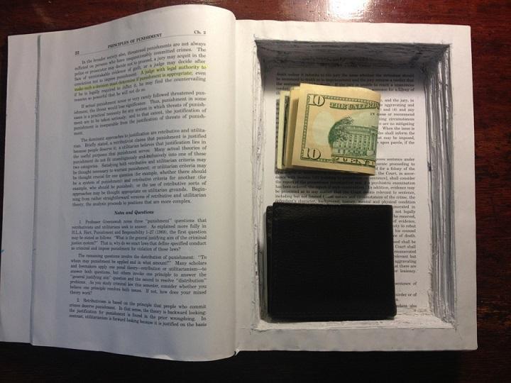 مخفی کردن وسایل لای کتاب ها