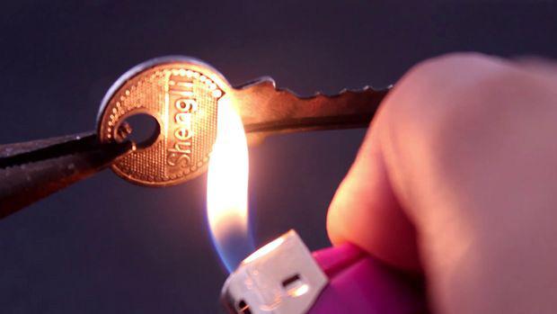 دودی کردن کلید قفل آویز با فندک