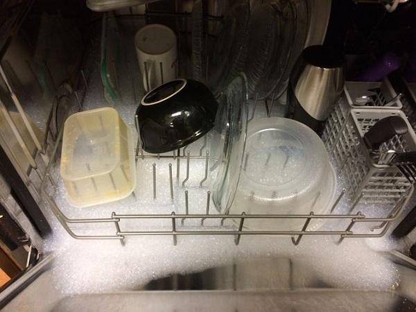 دلیل جمع شدن کف در ماشین ظرفشویی