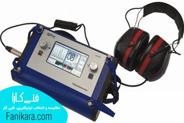 متخصص استفاده از دستگاه برای تشخیص ترکیدگی لوله